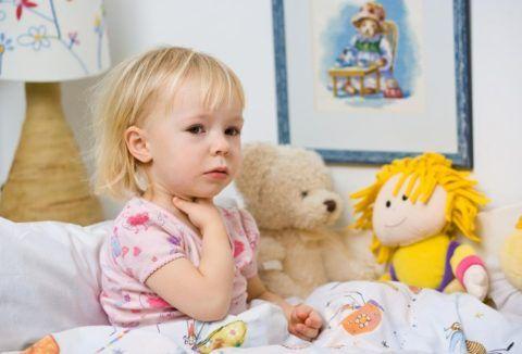 Как помочь малышу при болях в горле
