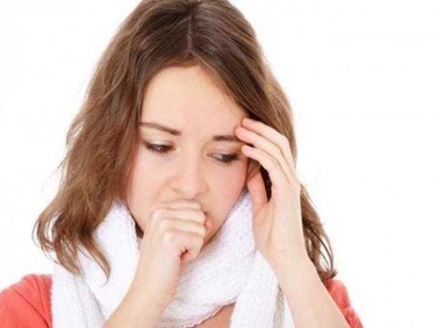 Кашель от сухости в горле чаще всего очень мучителен для раздраженной слизистой, но тем не менее может сопровождаться отхождением мокроты, чтобы несколько смягчить ее.