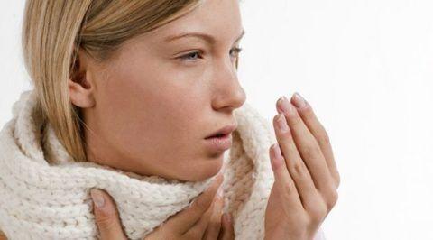 Когда болит горло и сухой кашель перед походом к врачу можно облегчить свое самочувствие употребляя теплое молоко с медом