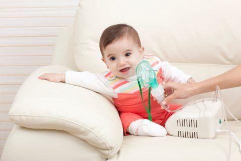 Маленькому ребенку можно сделать ингаляцию с помощью небулайзера