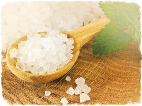 Морская соль наполнит солевой раствор для полоскания горла дополнительными микроэлементами для здоровья