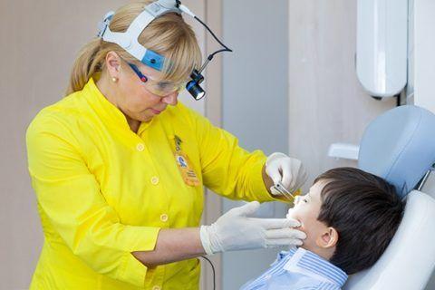 Определить и уточнить размеры носоглоточной миндалины может только ЛОР – врач (на фото) при помощи специального оборудования, в том числе и эндоскопических аппаратов