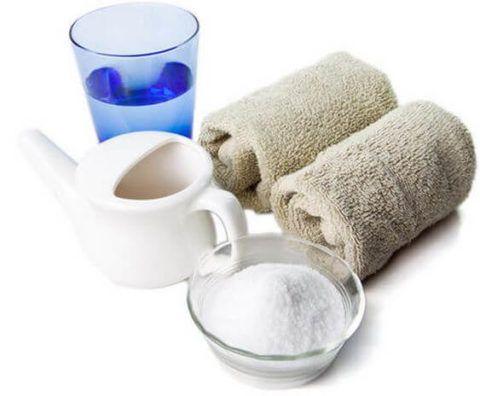 Полоскание солевым раствором – популярный метод лечения, который, несмотря на известность, требует подготовки и знаний