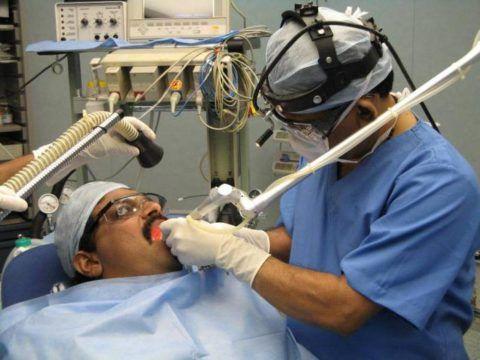 При отсутствии эффекта от консервативного лечения или в запущенных случаях назначается оперативная коррекция болезни