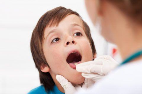 При первых симптомах одновременной боли в горле и ухе, нужно обратиться к специалисту, для прояснения ситуации