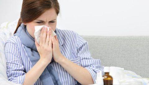 При простудном заболевании боль в горле будет сопровождаться лихорадкой и насморком