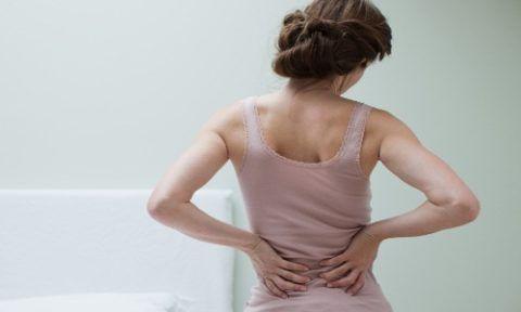 При заболеваниях почек боль ощущается в нижней части спины, с одной или обеих сторон