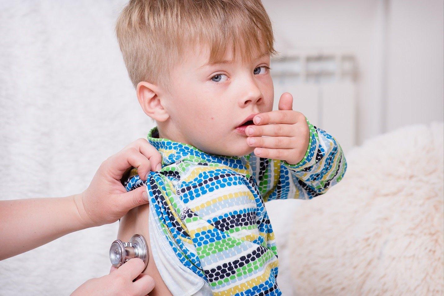 Сухой кашель, осиплость голоса и температура – типичные составляющие ларингита.