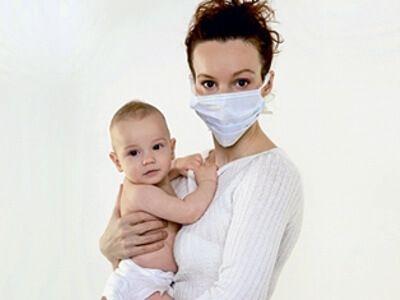 Ангина отнесена к категории заразных заболеваний, поэтому кормящей матери следует предпринять меры профилактики, например, носить марлевую повязку.