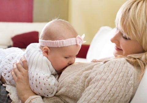 Ангина у кормящей матери не повод отлучать ребенка от груди.