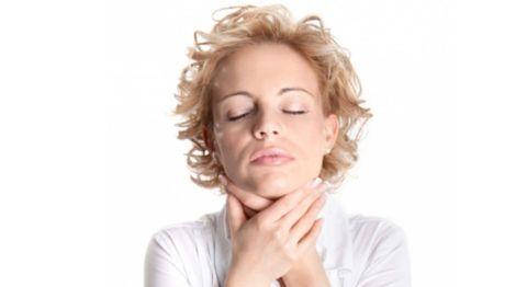 Боль в горле во время обострения хронического тонзиллита.