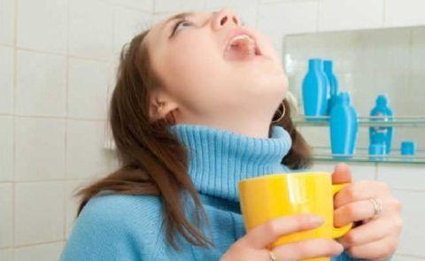 Если таблетка попала не в то горло – попробуйте пополоскать содовым раствором.