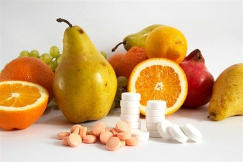 Фото: профилактика ангины с помощью полноценного питания и специальных медикаментов.