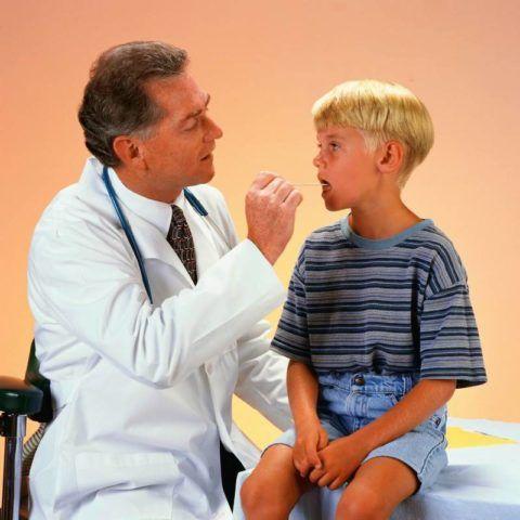 Лечение при заболеваниях горла назначает врач
