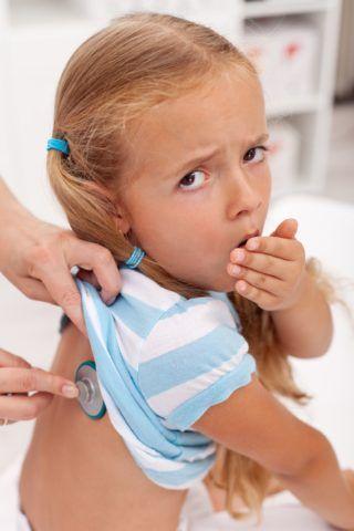 На фото представлен аускультация ребенка, который играет важную роль в оценке тяжести его состояния.