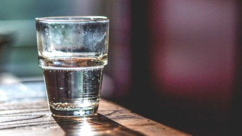 Не оставляете раствор на потом, лучше разведите половину стакана