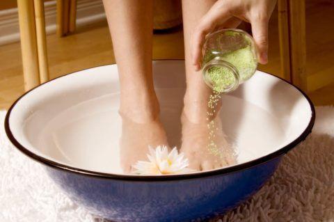 Первая помощь при ларингите у ребенка включает в себя теплую ножную ванну