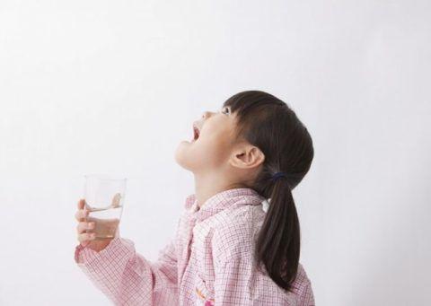 Полоскать горло нужно учиться с детства