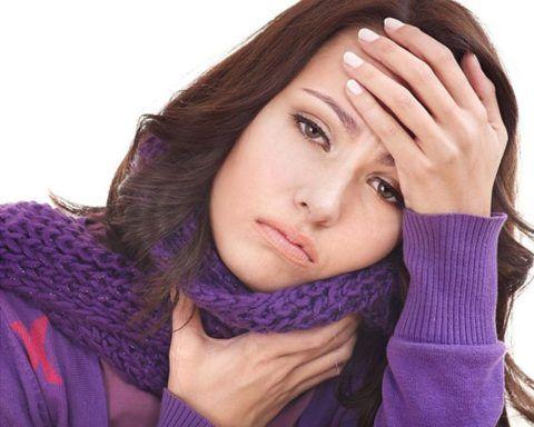 При боли в горле может повышаться температура, болеть голова