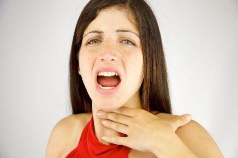 При глотании дискомфорт в горле появляется вследствие разных причин