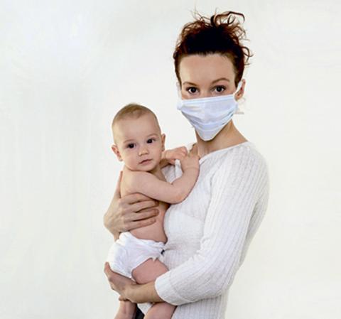 При общении с ребенком обязательно нужно быть в маске.