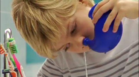 Промывание носа – один из наиболее эффективных и щадящих способов лечения аденоидов.
