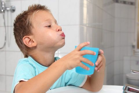 Ребенка нужно обучить правильному полосканию горла