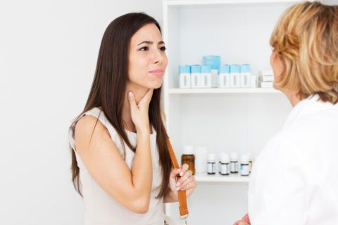 Самостоятельный выбор лекарств при стойкой и сильной сухости в горле неприемлем, цена самолечения в данном случае – это усугубление симптомов болезни и потеря времени