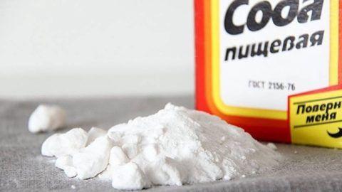 Сода способствует снятию воспаления и отечности, а также уменьшению выраженных симптомов ангины. Но употреблять это средство следует в умеренных количествах.