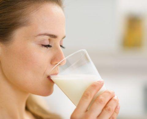 Существует масса народных рецептов, помогающих в борьбе с ангиной, превалирующим компонентом которых является именно натуральное домашнее молоко.