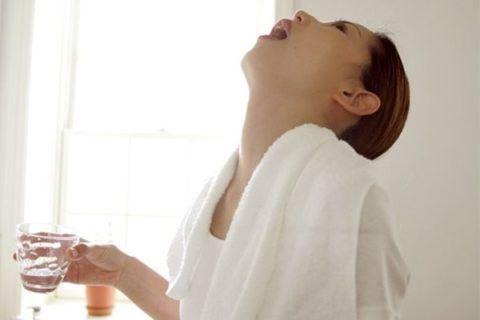 Универсальная лечебная процедура, полоскание горла солью