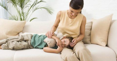 Дети доверяют родителям, поэтому осматривать горло ребенку стоит крайне осторожно