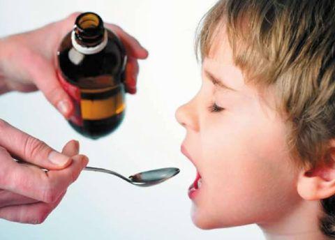 Фото. Дети с удовольствием пьют лекарства в виде сиропов