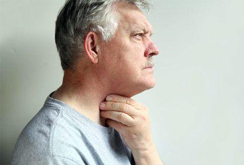 На начальных стадиях болезни пациенты могут ощущать дискомфорт в области гортани