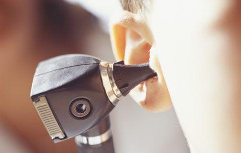 При отоларингите воспалительный процесс локализован в области уха и гортани