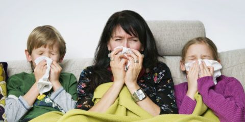 Вирусный фарингит легко передается, температура также проявится у всех членов семьи