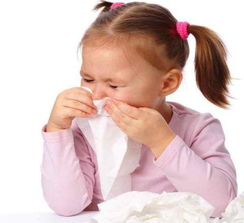 Постоянный насморк и рефлекторный кашель часто являются первыми признаками воспаления и прогрессирующего разрастания аденоидов