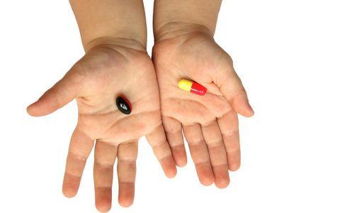 Таблетки в руках у ребенка фото
