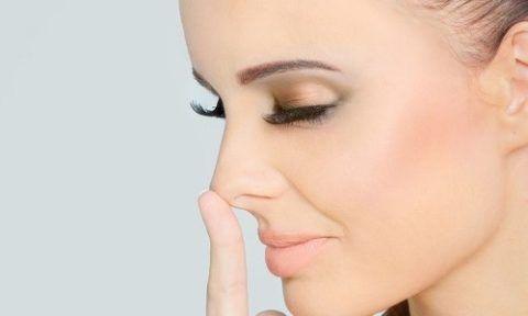 Сухость слизистых оболочек носа у девушки