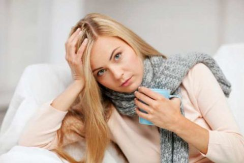 Женщина с шарфом на шее