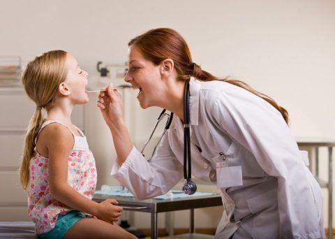 Ребенок показывает горло (фото)