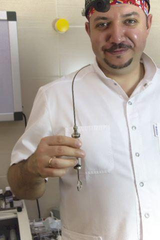 Процедуру промывания осуществляет врач