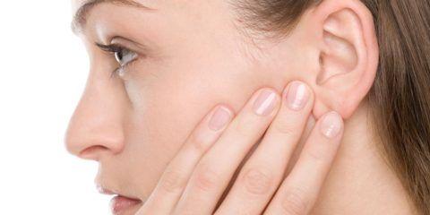 Болевые ощущения в горле и ухе приносят сильнейший дискомфорт