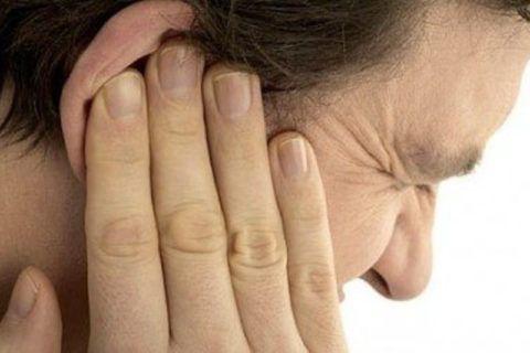 Сильная боль в ухе – признак отита