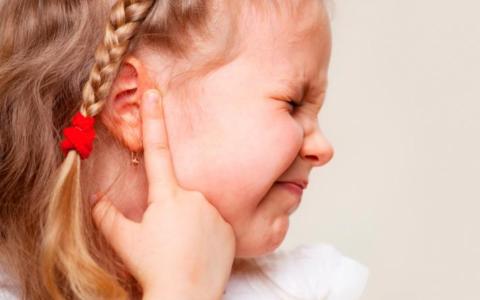 Дети при наличии патогенеза часто жалуются на боль в обеих ушах