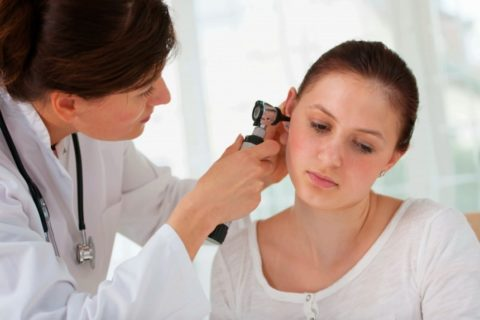 При среднем отите назначается комплексное лечение, в которое могут входить и ингаляции