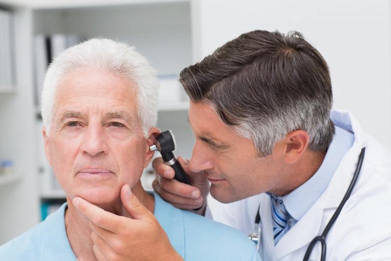 Осмотр больного уха с помощью отоскопа